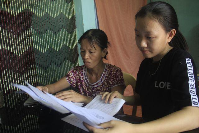 Nữ sinh nhà nghèo nuôi gà, bán cà phê gom góp tiền đi học Co-be-12