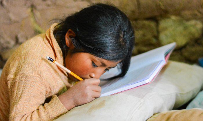 Mỗi ngày cô bé đều đến sân ga mượn ánh sáng để làm bài tập về nhà Cobe-510