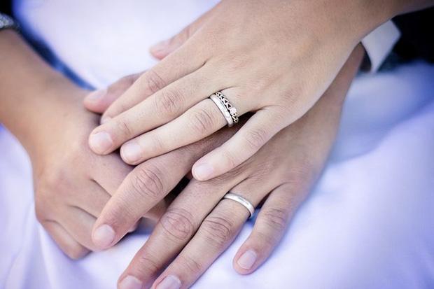 Đeo nhẫn cưới tay trái hay tay phải mới đúng? Deonha11