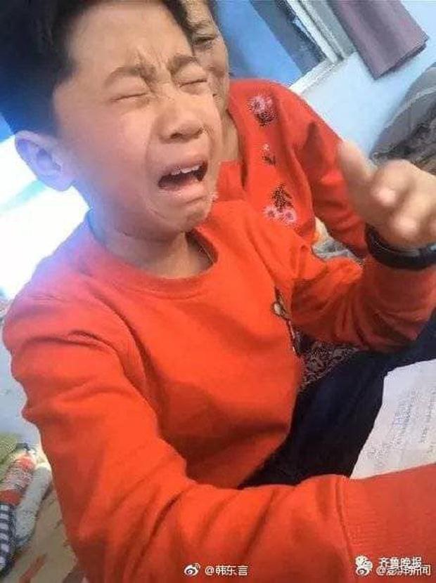 Cậu bé khóc lóc vì bài tập làm gần xong bỗng dưng mất hết chữ Matchu11