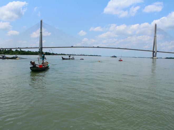 Nước sông Hậu bỗng xanh như... nước biển Songha10