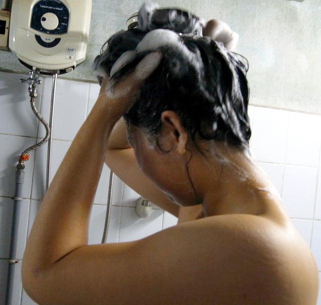 Điều gì xảy ra trên cơ thể khi tắm đêm?  Tamdem12