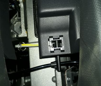 [ Renault Captur ] Comment tirer agrafe coquille inférieure volant Captur Detail10