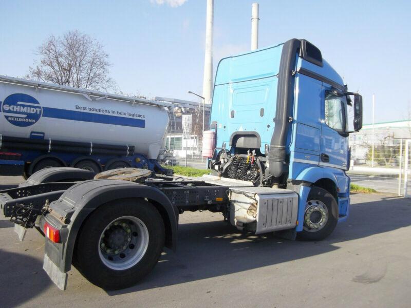 رأس شاحنة مرسيدس بحالة نظيفة جدا للبيع بسعر مميز Whats126