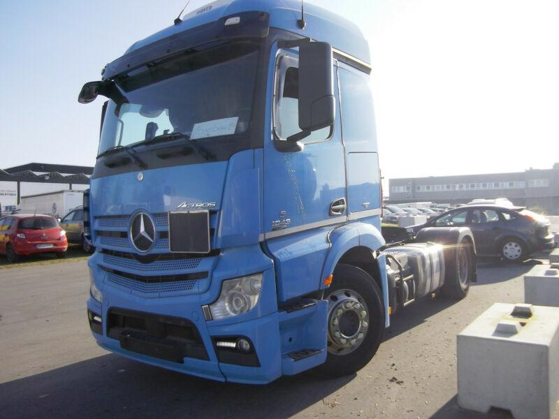 رأس شاحنة مرسيدس بحالة نظيفة جدا للبيع بسعر مميز Whats127