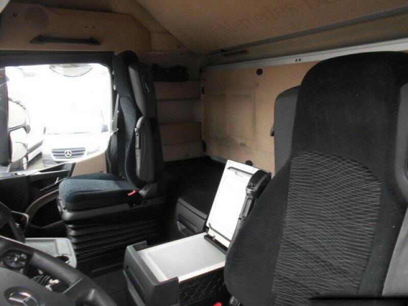 للبيع شاحنة مرسيدس 2013 .. الجير بوكس ثنائي .. الحالة نظيفة جدا Whats271
