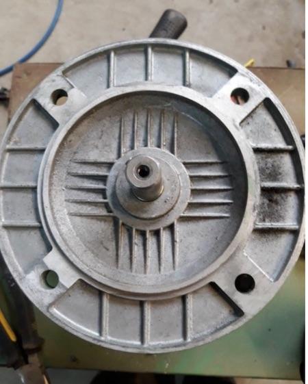 fixation d'un moteur électrique au bâti d'une machine Bride112