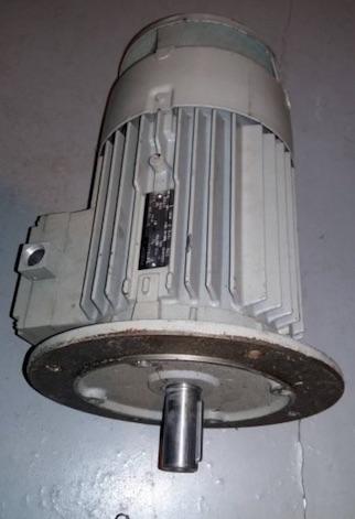 fixation d'un moteur électrique au bâti d'une machine Bride212