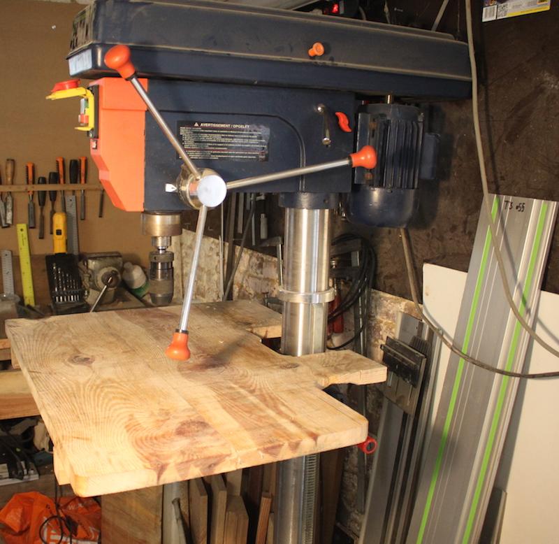 usiner des trous cylindriques à la foreuse colonne dans une planche d'escalade Fkolon10