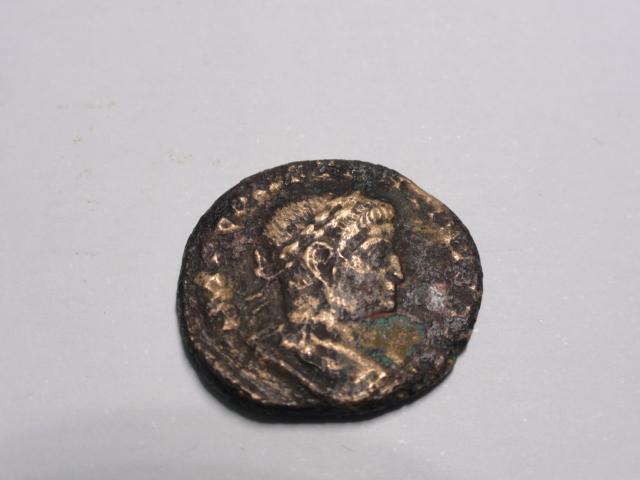 Nummus de Constantino I. SOLI INVIC-TO COMITI. Sol estante a izq. Lugdunum. Dsc06218