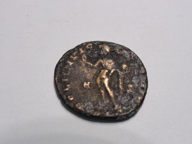 Nummus de Constantino I. SOLI INVIC-TO COMITI. Sol estante a izq. Lugdunum. Dsc06220