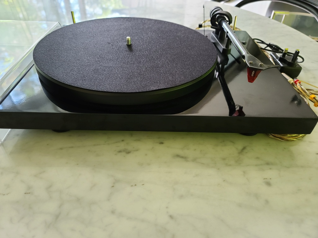 Pro Ject DEBUT Carbon DC w Ortofon 2M Red Cart Turntable 20201117