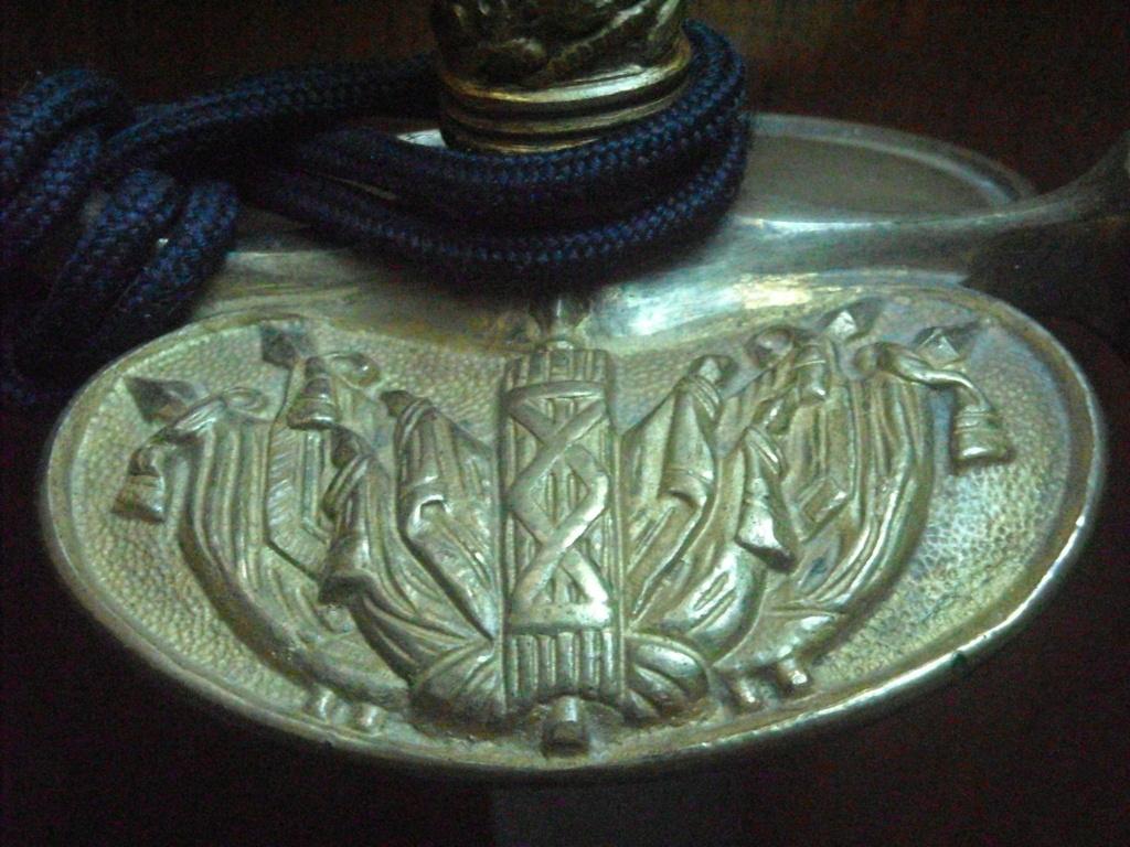 Deux épées d'un officier de la gendarmerie de différentes époques. Dscn0411