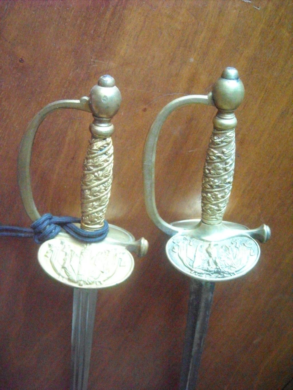 Deux épées d'un officier de la gendarmerie de différentes époques. Dscn0412
