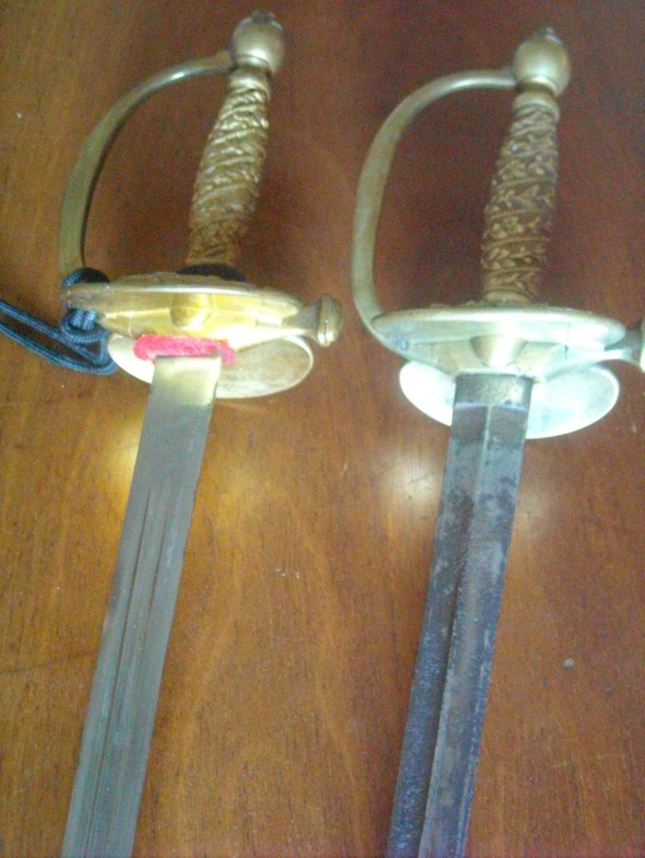 Deux épées d'un officier de la gendarmerie de différentes époques. Dscn0510