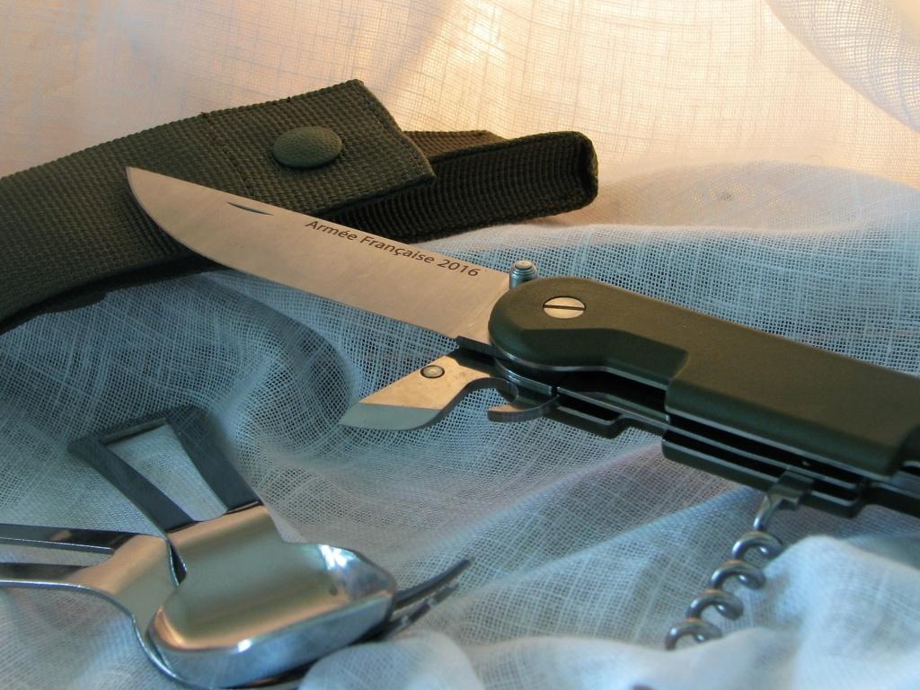 Couteaux pliants militaires réglementaires Français & Etrangers - Page 2 Img_7826