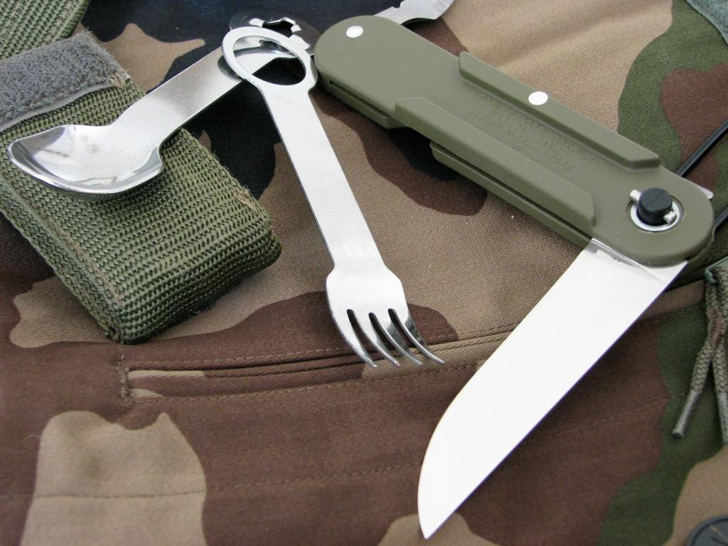 Couteaux pliants militaires réglementaires Français & Etrangers - Page 2 Img_8431