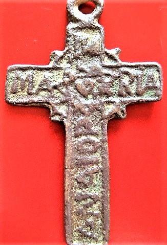 Cruz con inscripciones algo complicadas 1c41a410