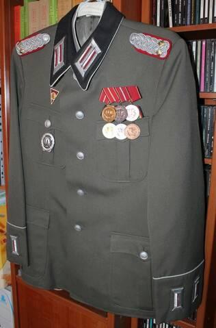 Questions insignes/médailles allemandes NVA et place sur l'uniforme  5e8c0310
