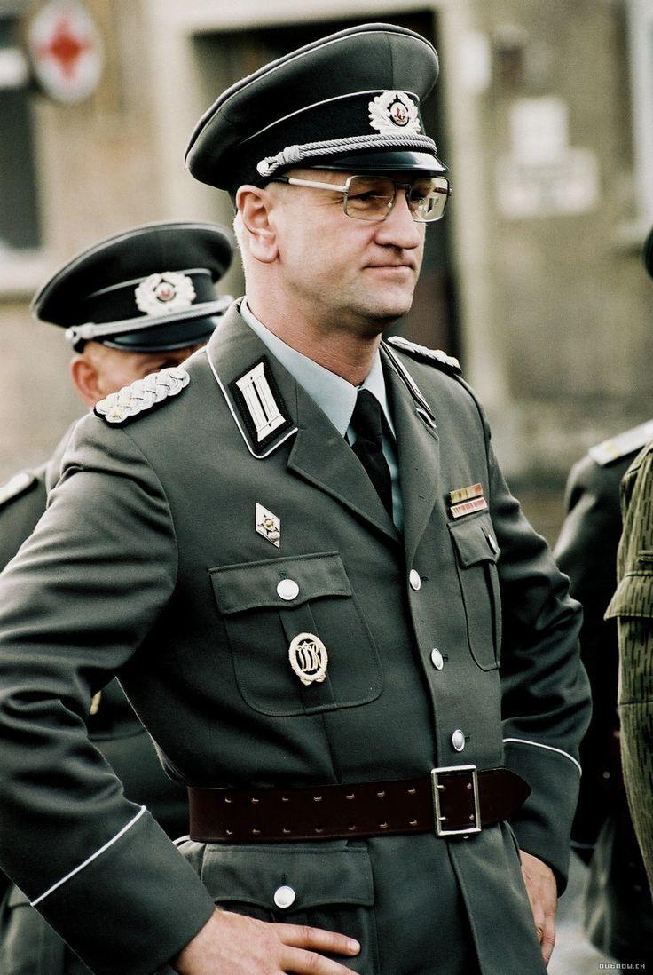 Questions insignes/médailles allemandes NVA et place sur l'uniforme  B418ac10