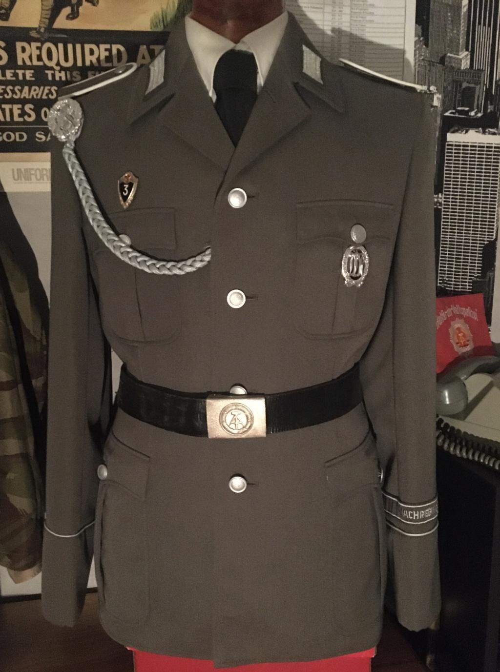 Questions insignes/médailles allemandes NVA et place sur l'uniforme  C9b50d10