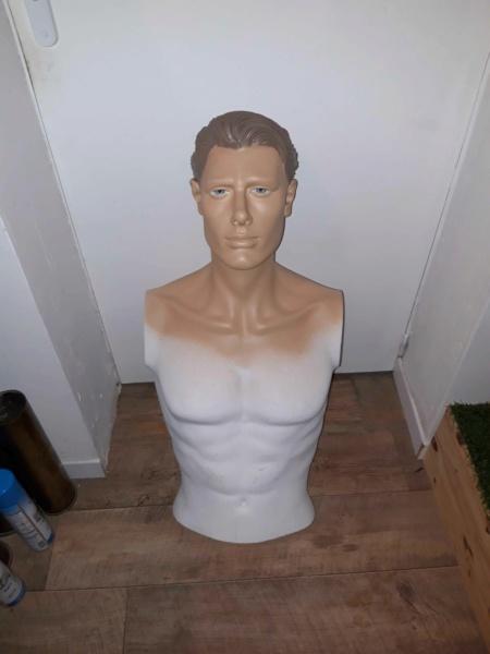 peinture d'un mannequin blanc 423