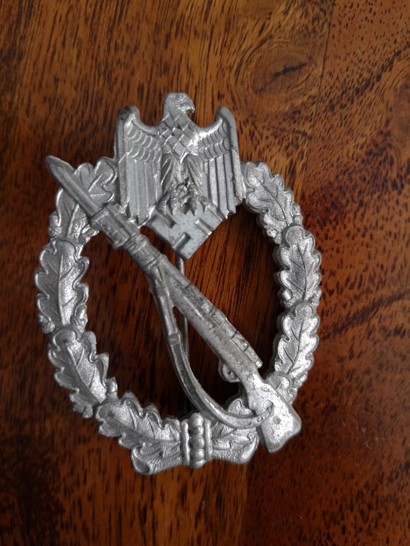 Deux badges allemands IAB et un Badge du parti Img_2066