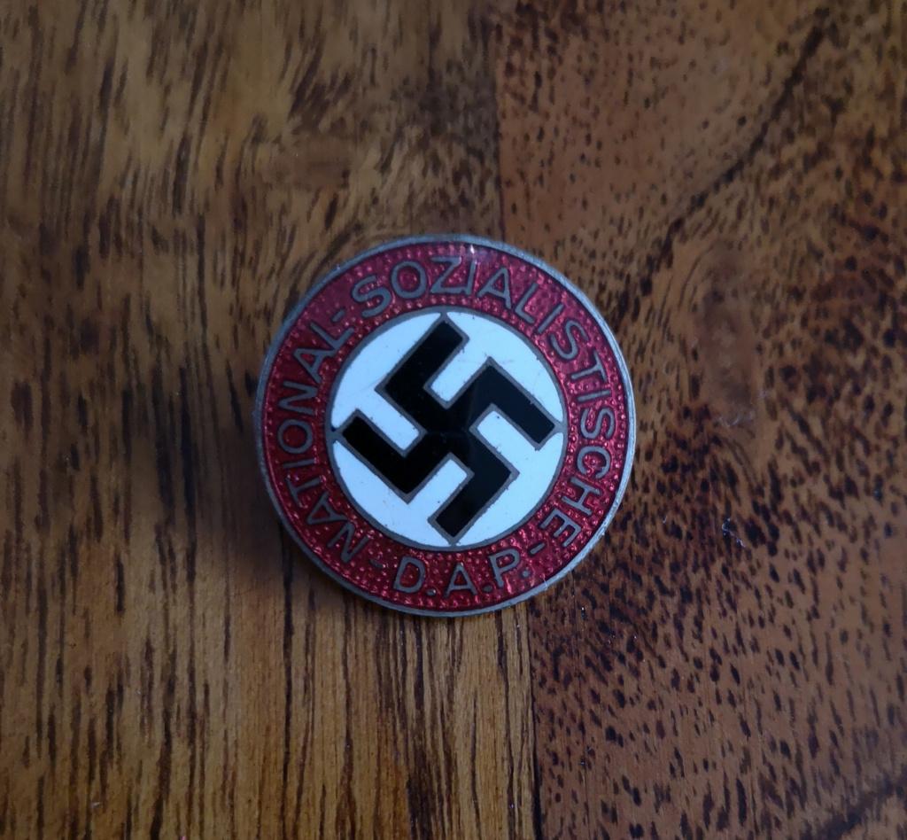 Deux badges allemands IAB et un Badge du parti Sans_t12