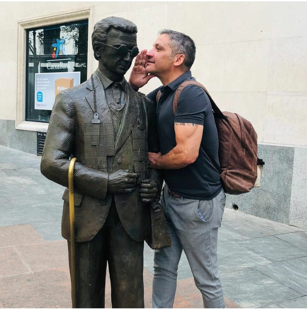 ¿Cuánto mide la estatua del vendedor de cupón la ONCE? Img_2335