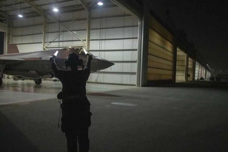 تعرف على اول طياره ( انثى ) من قوات الاحتياط الامريكيه لمقاتله F-35  05062010