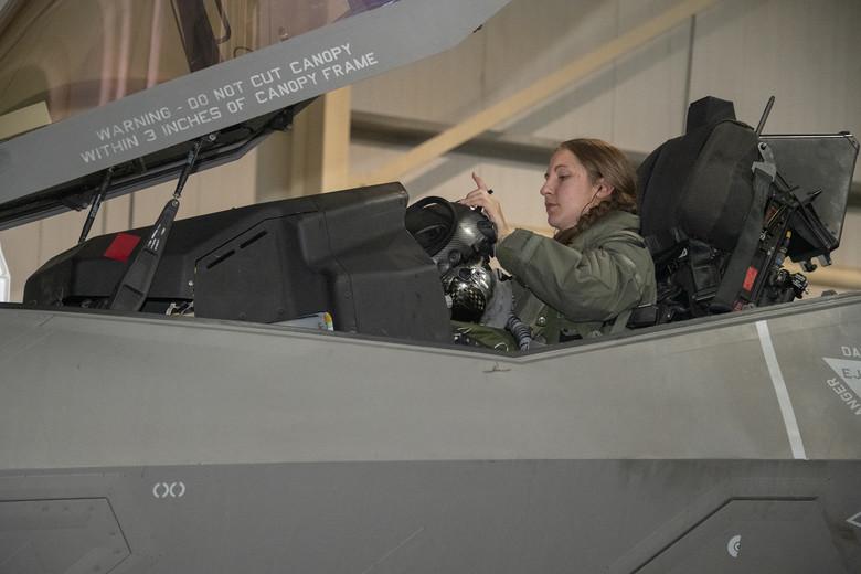 تعرف على اول طياره ( انثى ) من قوات الاحتياط الامريكيه لمقاتله F-35  05062011