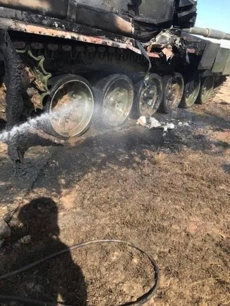"""دبابة قتال روسية من طراز T-90 """"أصيبت بطريق الخطأ بصاروخ"""" أثناء تدريبات عسكرية 31390110"""
