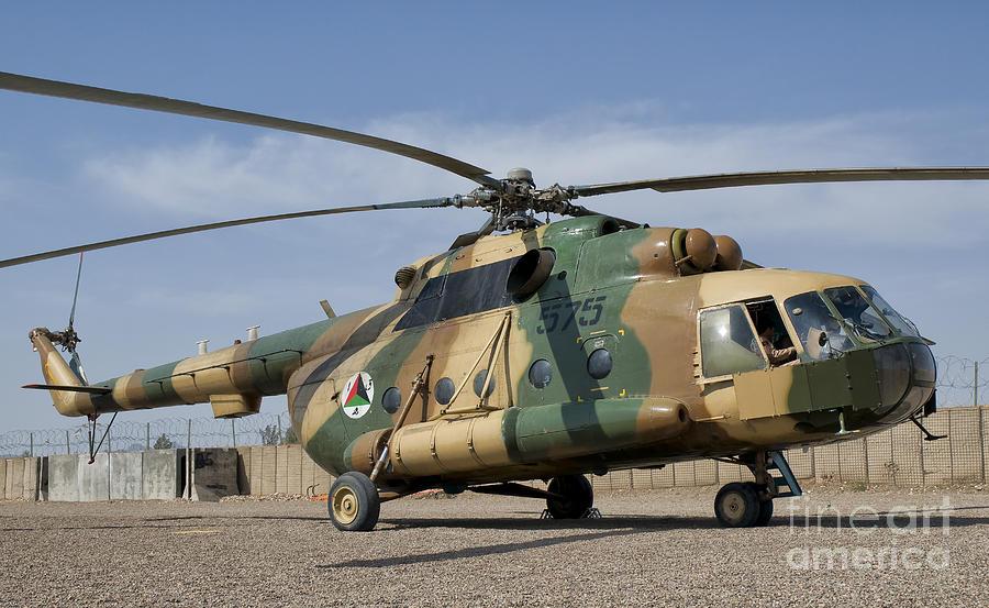 القوات الأفغانية تدمر مروحية عسكرية نوع Mi-17 بعد هبوطها اضطراريا شرقي البلاد An-afg10
