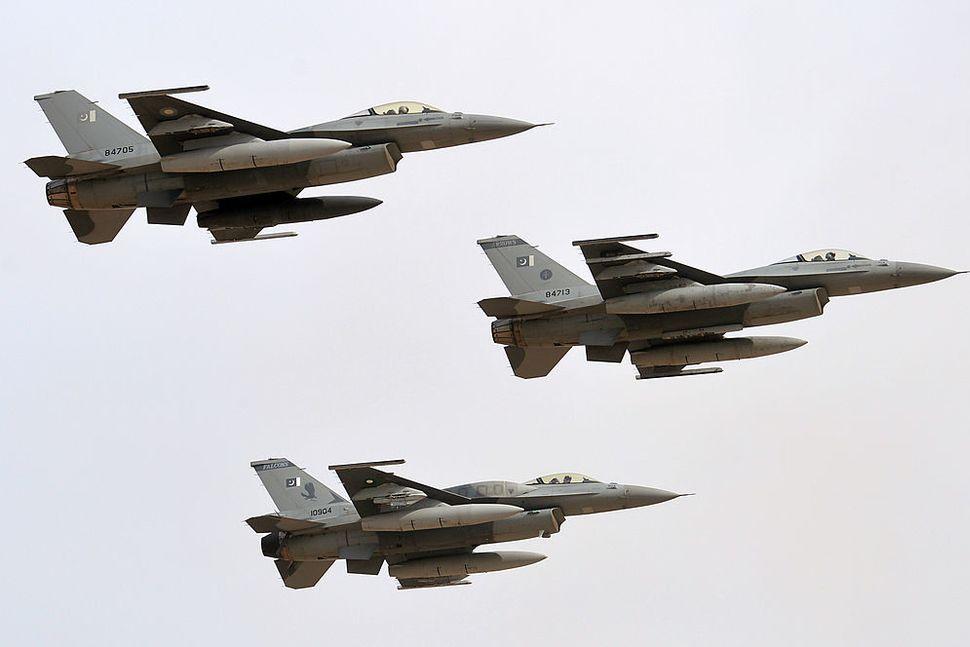 وزارة الخارجيه الامريكيه توبخ قائد سلاح الجو الباكستاني بسبب استخدام مقاتلات F-16 خارج الاتفاقات مع واشنطن  Downlo16