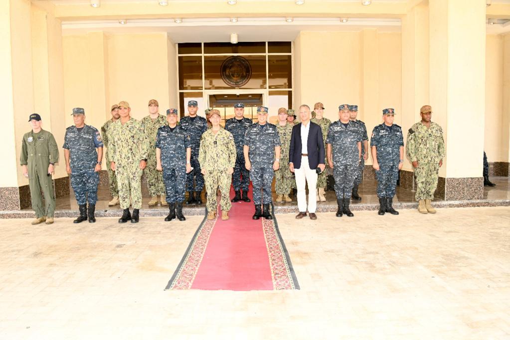 """قائد القوات البحرية الأمريكية وسفير واشنطن في القاهرة يزوران قاعدة """"برنيس"""" المصرية E8wjgh10"""