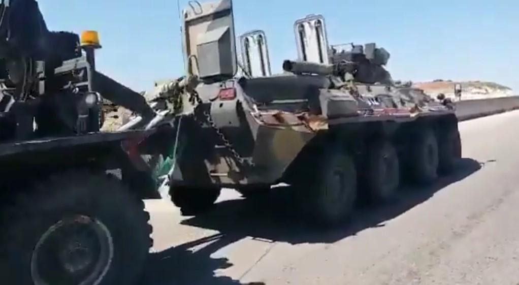 قنبلة على جانب الطريق تلحق أضراراً بحاملة أفراد مدرعة روسية نوع  BTR-82A  في سوريا Easivw10