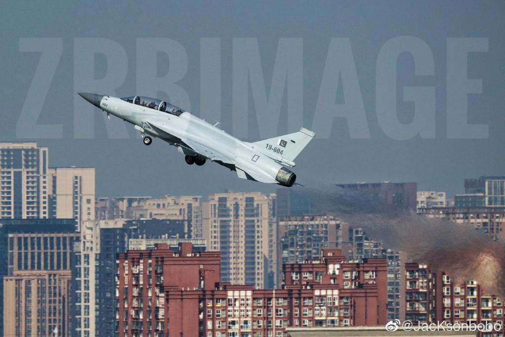 باكستان والصين يطلقان مشروع النسخه مزدوجه المقعد JF-17B Eh0n4610