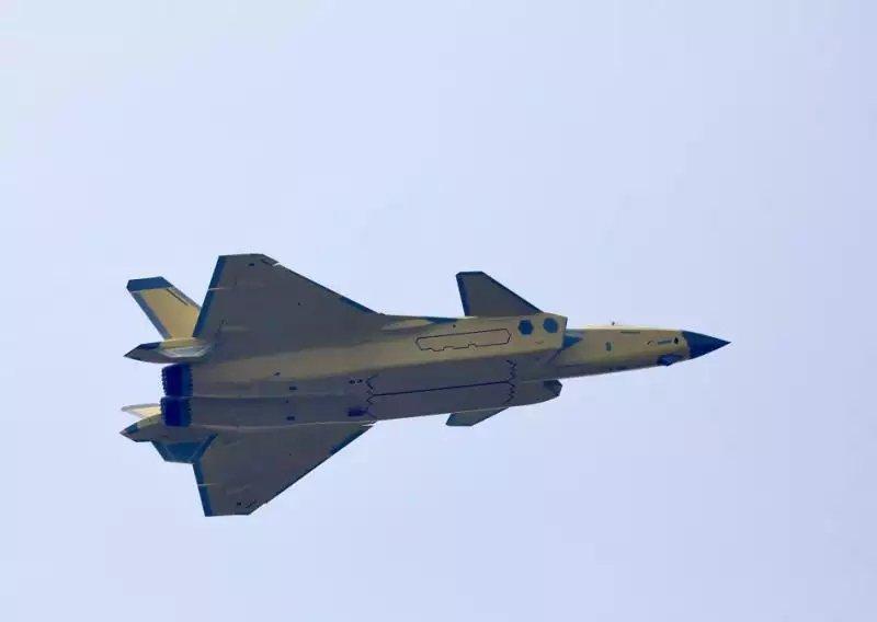 ظهور مقاتله Chengdu J-20 الصينيه بمحركات جديده Eiieor10
