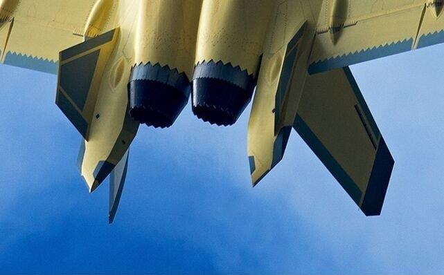ظهور مقاتله Chengdu J-20 الصينيه بمحركات جديده Eiieos10