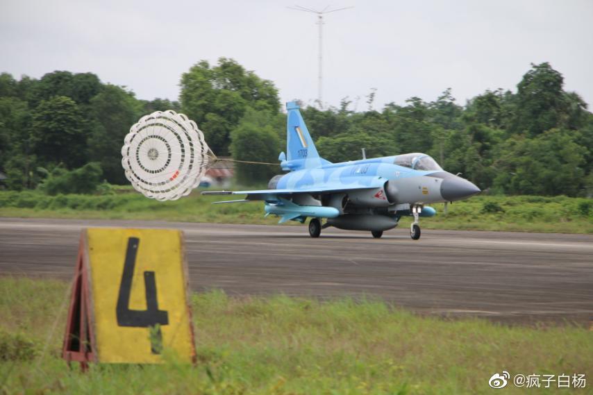 اول مقاتله مخصصه للتصدير الى ميانمار نوع FC-1/JF-17 تمت مشاهدتها في الصين  Ejwksb10
