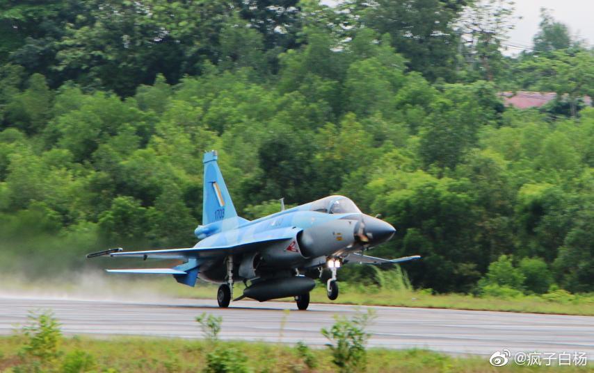 اول مقاتله مخصصه للتصدير الى ميانمار نوع FC-1/JF-17 تمت مشاهدتها في الصين  Ejwksb11