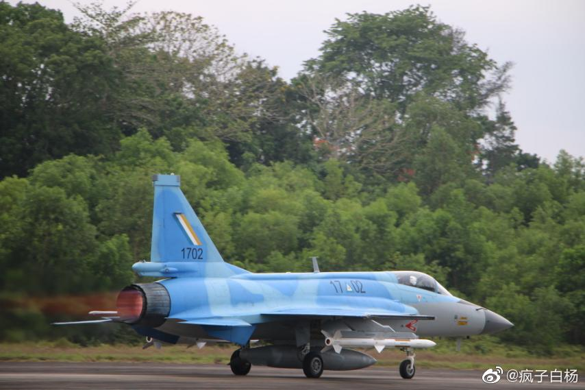 اول مقاتله مخصصه للتصدير الى ميانمار نوع FC-1/JF-17 تمت مشاهدتها في الصين  Ejwksb12
