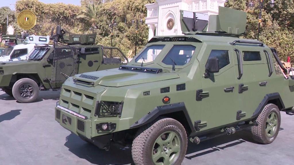 الرئيس عبد الفتاح السيسي يتفقد نماذج لمركبات مدرعة طورتها القوات المسلحة المصرية Etu1vr10