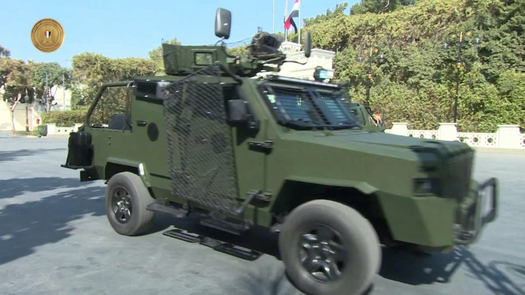 الرئيس عبد الفتاح السيسي يتفقد نماذج لمركبات مدرعة طورتها القوات المسلحة المصرية Etu1w310