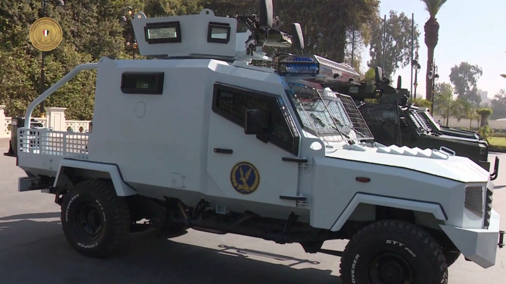 الرئيس عبد الفتاح السيسي يتفقد نماذج لمركبات مدرعة طورتها القوات المسلحة المصرية Etu3wf10