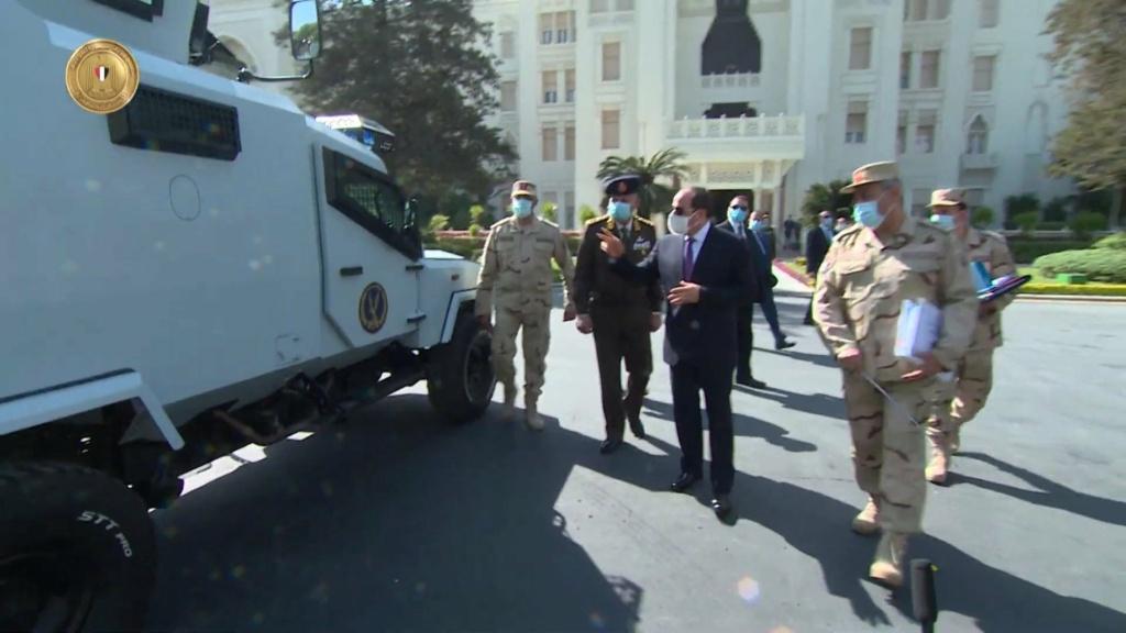 الرئيس عبد الفتاح السيسي يتفقد نماذج لمركبات مدرعة طورتها القوات المسلحة المصرية Etu3xj10