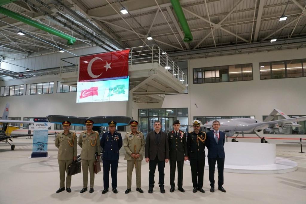 رئيس اركان الجيش الباكستاني يلتقي نظيره التركي لتعزيز العلاقات الدفاعية بين البلدين Exqk3l10