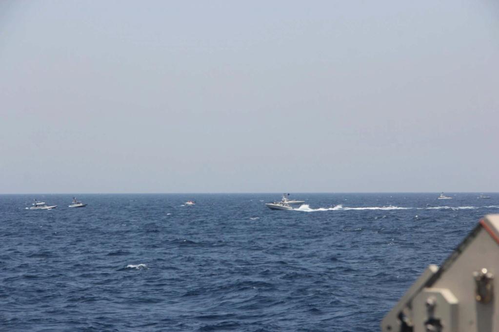 إطلاق طلقات تحذيرية بعد أن اجتاحت سفن إيرانية غواصة صاروخية أمريكية في مضيق هرمز Messag30