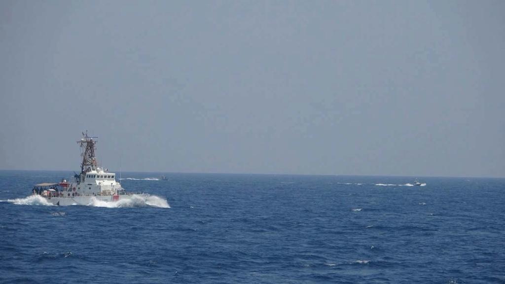 إطلاق طلقات تحذيرية بعد أن اجتاحت سفن إيرانية غواصة صاروخية أمريكية في مضيق هرمز Messag31