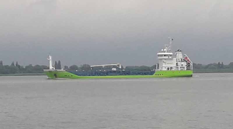 Auf der Elbe ist immer was los. 212